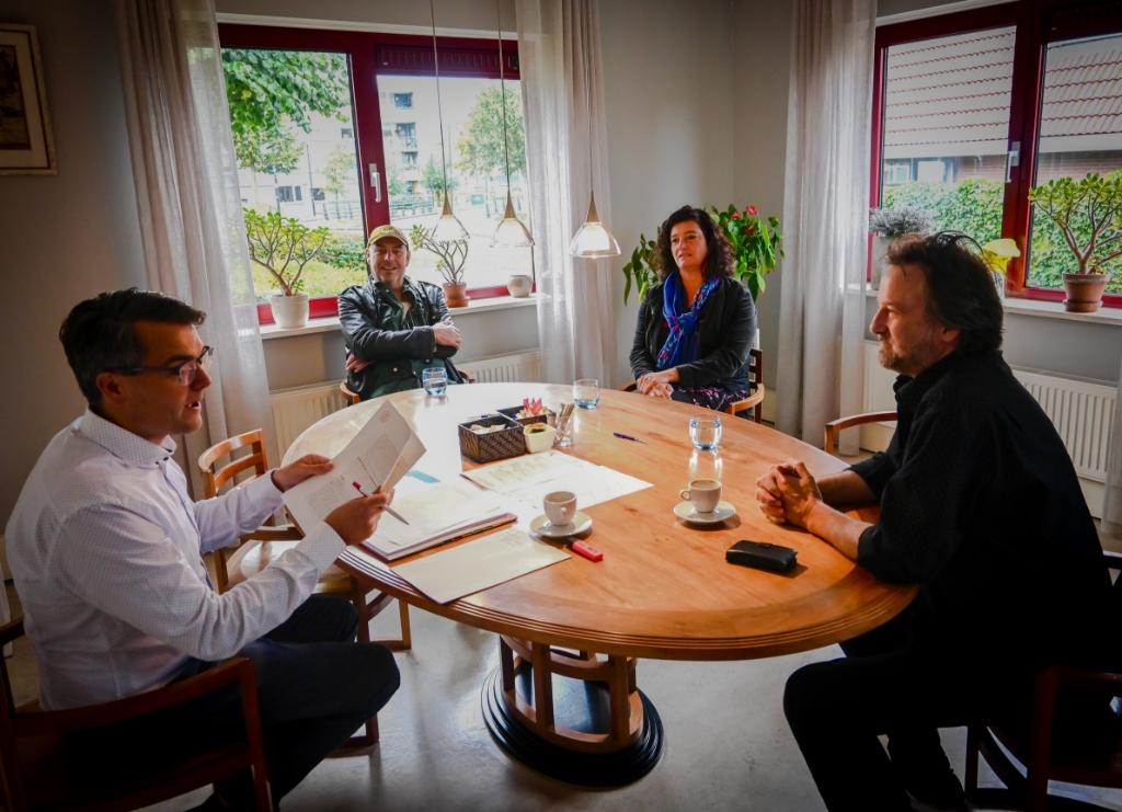 <p>Ondertekening koopcontract. V.l.n.r.: Notaris Welkers, Victor Posch (bestuurslid), Annemarie Delis (bestuurslid) en Peter van Vleuten (bestuurslid).Foto: Jessica Heetebrij)&nbsp;</p> (Foto: Jessica Heetebrij) © rodi