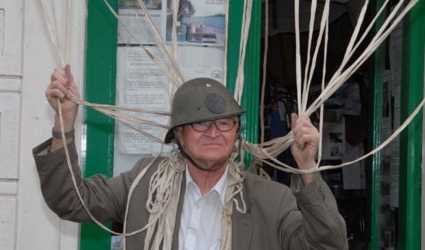 <p>Just Kroon, hier in april 2007 gefotografeerd voor zijn voormalige winkel/museum aan de Breedstraat, worstelde met de oorlog.</p>