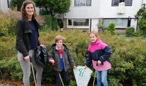 <p>Geeke en haar kinderen lopen voorop om zwerfvuil op te ruimen.</p>
