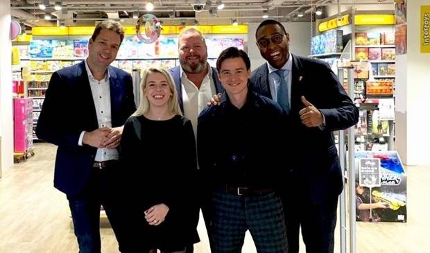 <p>Landelijke donatie-actie van start bij Intertoys, met Directeur Dave Ensberg (meest rechts op de foto).</p>