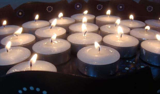 <p>Huis aan het Water steekt kaarsjes aan voor overledenen tijdens online gedenkavond.</p>