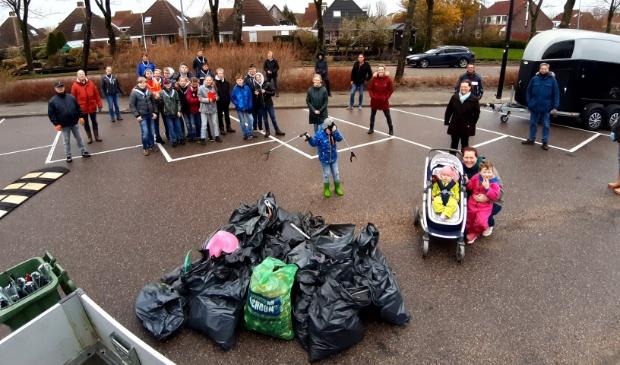 <p>Zo'n 40 mensen hielpen mee met een grote schoonmaakactie in Anna Paulowna.&nbsp;</p>