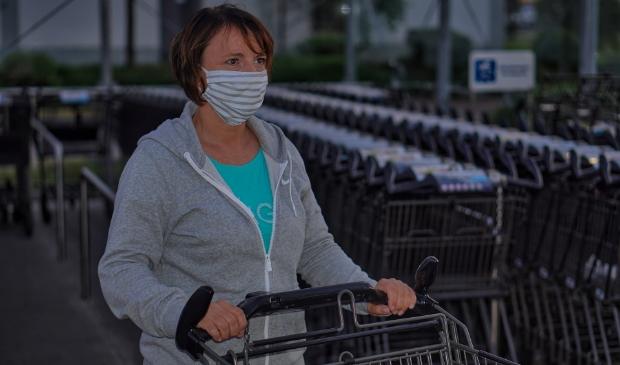 <p>Een mondkapje is vanaf morgen verplicht in de openbare binnenruimten.</p>