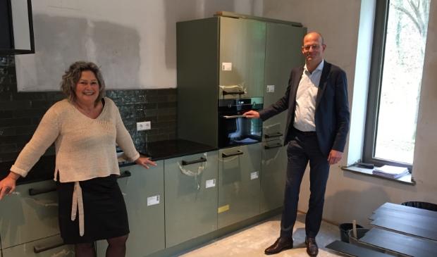 <p>Jessica Zwart ontving uit handen van Jan Klaver, van de Rabobank, symbolisch het bedrag van 30.000 euro voor de inrichting van de kamers.</p><p><br></p>