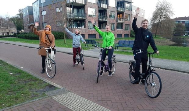 Buurtsportcoaches Bart en Winnie samen met welzijnsmedewerkers Nina en Ester fietsen als eersten de route door Heiloo en Castricum.