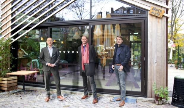 <p>V.l.n.r.: Rob Pronk (Rabobank), Peter Mikkers en Niek Schaap (Bouwbedrijf De Nijs)</p>