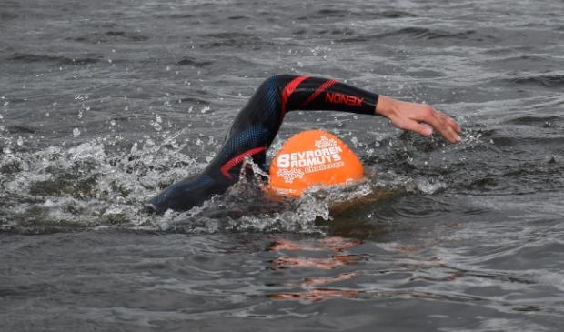 <p>Heerhugowaarder Tim van Langen is een fervent openwaterzwemmer.</p>