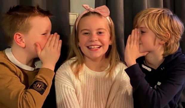 <p>Vlnr. Shayne, Bridget en Merlijn hebben de grootste lol tijdens de voorbereidingen van 'Peter Pan de Musical'.</p>