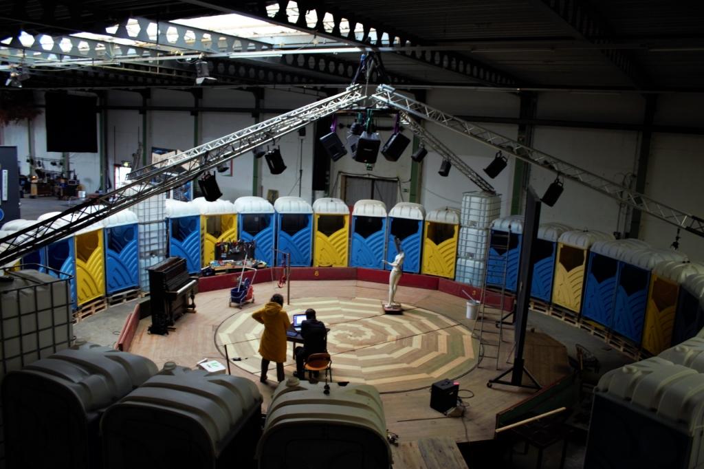 <p>Dertig omgebouwde bouwtoiletten heeft een ronddraaiend podium.&nbsp;</p> <p>(Foto: aangeleverd)</p> © rodi