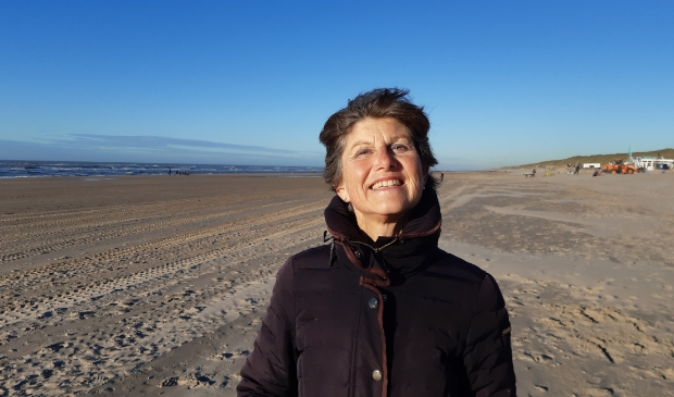 <p>Caroline Wulp op het strand van Castricum aan Zee.&nbsp;</p>