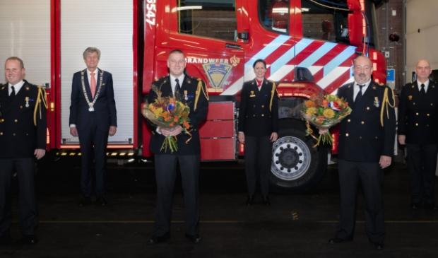 <p>V.l.n.r. Pascal Sprenkeling, burgemeester Mans, Ronald Sprenkeling, teamcommandant Elleke van Lingen, Hans Huisman en ploegchef Jacques van Beek.</p>