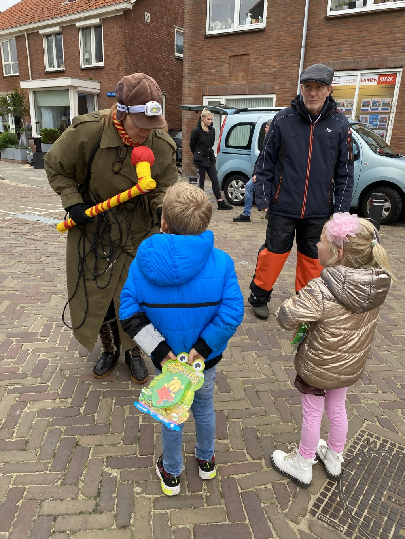 <p>Ome Olaf en Tante Yv in gesprek met de speurneuzen</p> (Foto: aangeleverd) © rodi