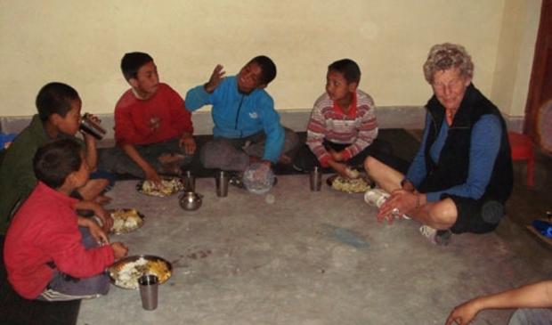 Lies Vink ontfermt zich over straatkinderen. (Foto: Straatkinderen van Kathmandu) © rodi
