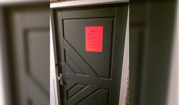 <p>Dit wil je niet op je voordeur aantreffen... Drie maanden kun je je eigen woning niet in.&nbsp;</p>