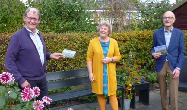 <p>Ina deelt de eerste exemplaren van Uitverdan uit aan Jan Smit, voorzitter van het Westfries Genootschap, en aan Jaap Meester, voorzitter van de stichting Creatief Westfries.&nbsp;</p>