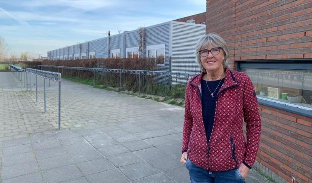 Vice-voorzitter Gerda Oosting bij de lege fietsenstalling van het Bonhoeffercollege. (Foto: Yvette van der Does) © rodi