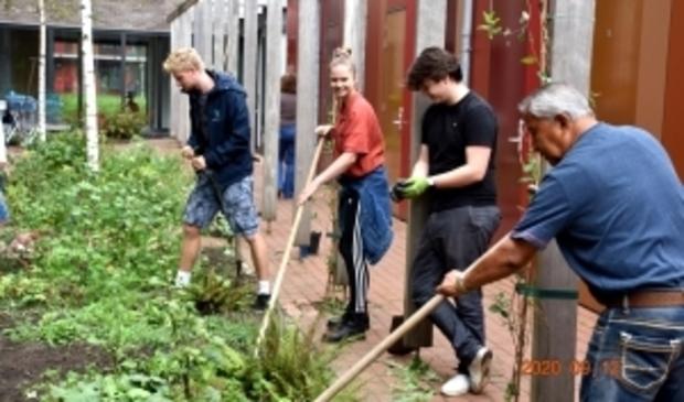 <p>Naast tuinieren, hebben de studenten nog meer plannen om in de buurt te helpen, nu ze vooralsnog drie maanden langer mogen wonen in De Drie Hoven.</p>