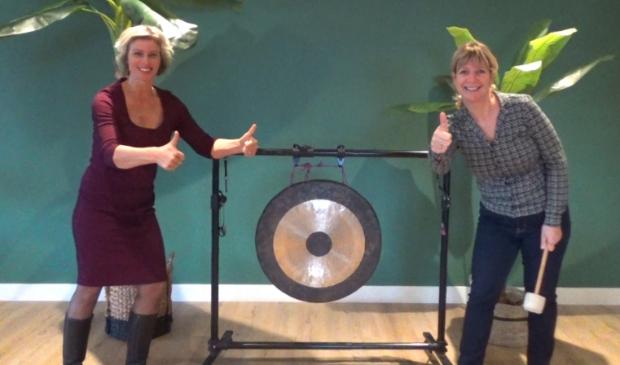 <p>Renate van der Laan (l) van Westfriese Uitdaging en Miranda Zwart van Vrijwilligerspunt Westfriesland bij de gong die ook dit jaar de start van de 11e editie inluidt.</p>