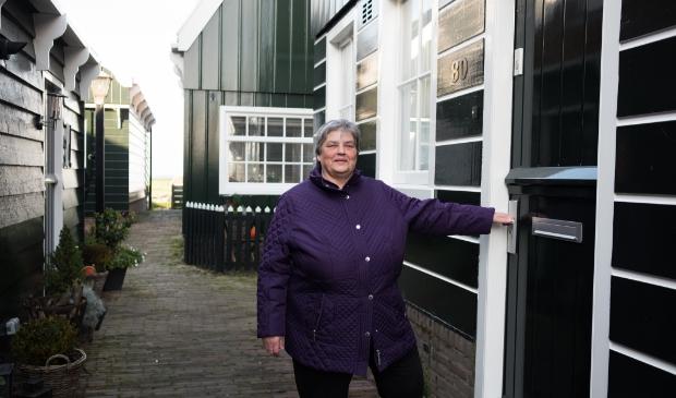 <p>Mevrouw Lobbrig-Zeeman is blij met de nieuwe verflaag van haar woning op Marken.&nbsp;</p>