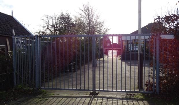 <p>Het hek van basisschool De Rietlanden op Marken blijft nog even gesloten.&nbsp;</p>