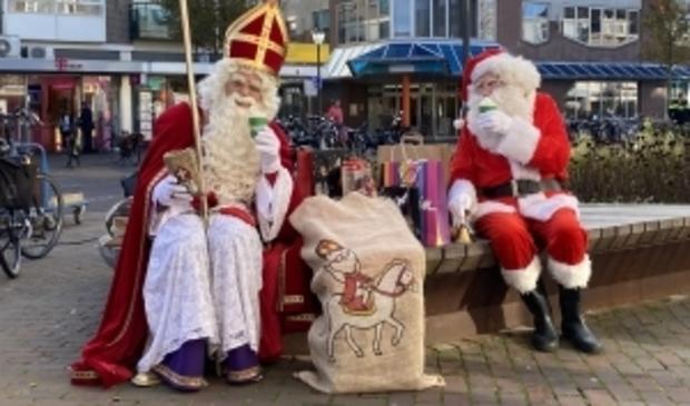 """<p pstyle=""""ONDERSCHRIFT"""">Sinterklaas en de Kerstman op het bankje in de Breestraat.</p>"""