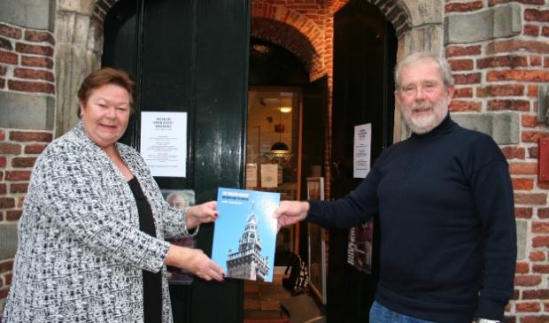 Yvonne Gras krijgt boek van Jos Koenen