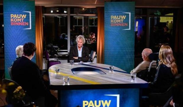 <p>Jeroen Pauw in gesprek in Lindendael met op de achtergrond de Koepoortsweg.</p>
