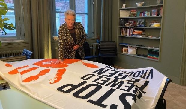 <p>Wethouder Elly Konijn bij de vlag &#39;Orange the World&#39;.&nbsp;</p>