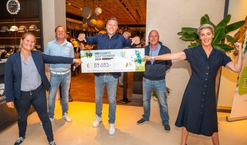 De cheque met de opbrengst van het HDI Charity Golftoernooi wordt ook op gepaste afstand met enthousiasme ontvangen.