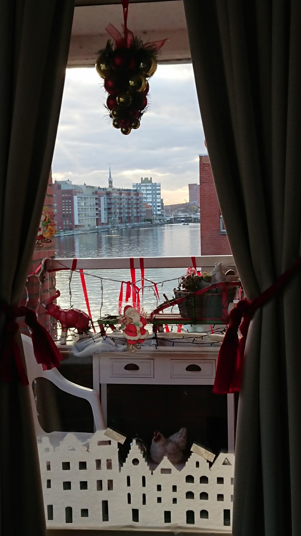 <p>Dea Verbunt heeft altijd een prachtig zicht over de Zaan, maar nu met een &#39;kerstig&#39; tintje.&nbsp;</p> <p>(Foto: aangeleverd)</p> © rodi