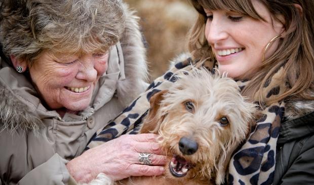 <p>Sonja Huisman (l) is de oppas van het hondje Buffel van Sofia Brouwer (r).&nbsp;</p>