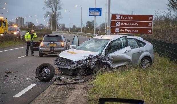 Ernstig ongeval op de N208 bij Velserbroek. Weg naar Haarlem dicht. Meerdere hulpdiensten, waaronder een traumateam, werden ingezet om hulp te bieden. De bestuurster van het zwarte voertuig in de middenberm moest door de brandweer uit haar voertuig worden geknipt. Na de eerste zorg is ze met spoed, onder politiebegeleiding, naar het ziekenhuis vervoerd. De ambulance reed hier spookrijdend over de N208 tussen het stilstaande verkeer door.  Door het ongeval is de N208 richting Haarlem vanaf Velsen afgesloten. Het verkeer voor het ongeval heeft hierdoor een uur stilgestaan. Vanwege het onderzoek van de verkeersongevallenanalyse (VOA) van de politie is het in de wegen rondom het ongeval behoorlijk druk.