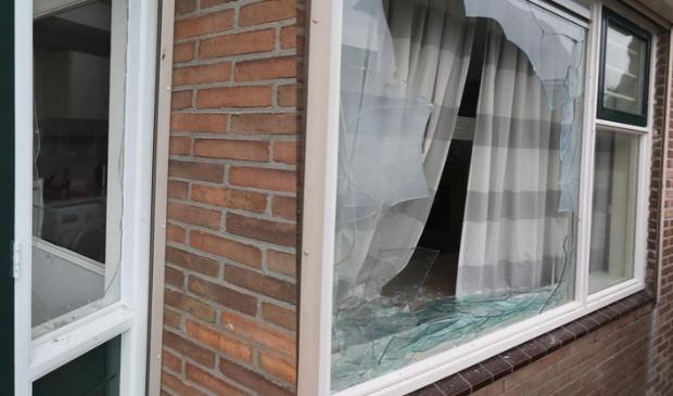 <p>Drie ramen sneuvelden er door zwaar vuurwerk.</p>
