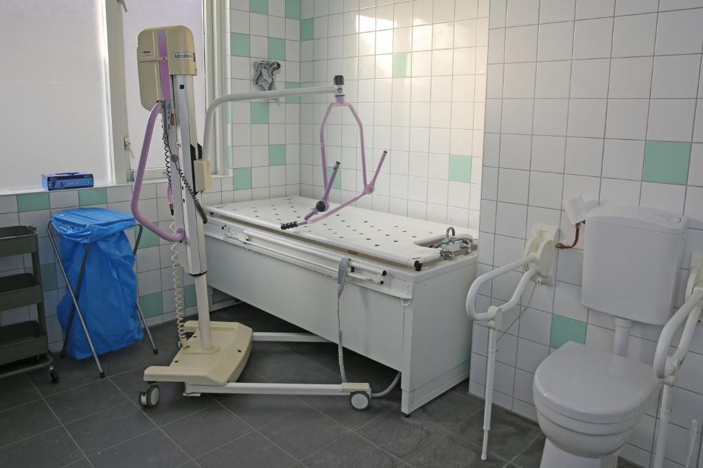 De badkamer staat vol aangepaste voorzieningen, (Foto: Theo Annes) © rodi