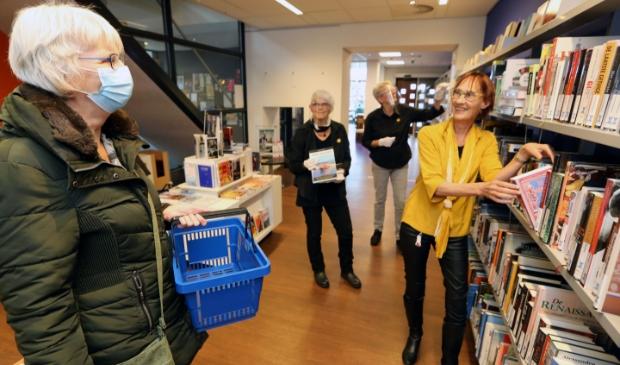 <p>Vestigingsco&ouml;rdinator Karin Tacx (met gele blouse) is blij dat ze weer bezoekers mag ontvangen in de bibliotheek Schagen.</p>