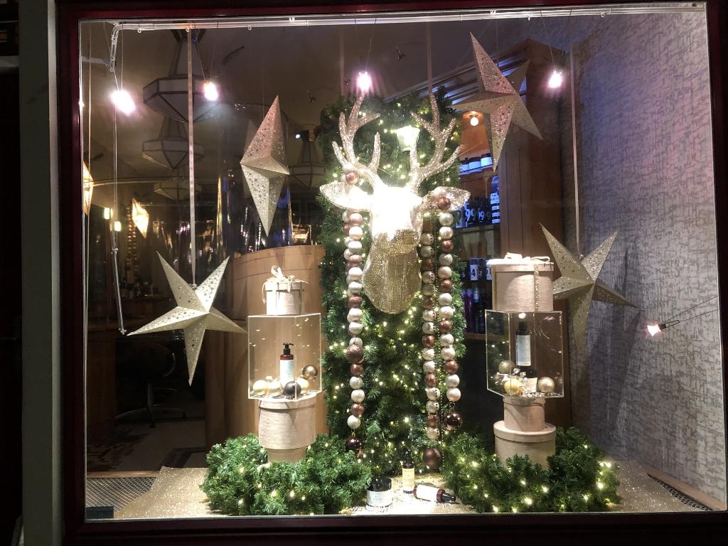 <p>Nancy Sanches zag deze kerstetalage bij kapsalon De Kapper op de Zuiddijk.</p> <p>(Foto: aangeleverd)</p> © rodi