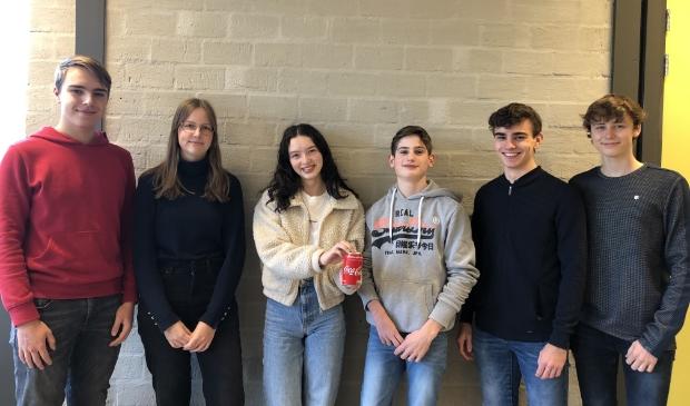Dave Stevens, Marissa van Ooijen, Anoï Koster, Rafael van 't Veer, Berno Eijck en Matthijs Perabo (v.l.n.r.) vormen het CanSat team van het Bertrand Russel College.