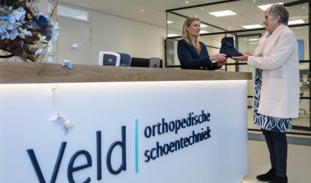 <p>ALKMAAR - De orthopedische schoenen - overhandigd door Joyce - bij Veld Orthopedie.&nbsp;</p>