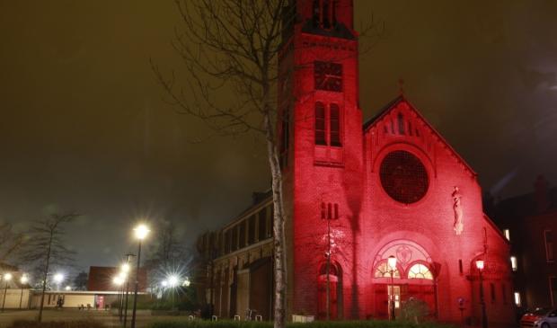 Heilig Hart-kerk baadt in rood licht.