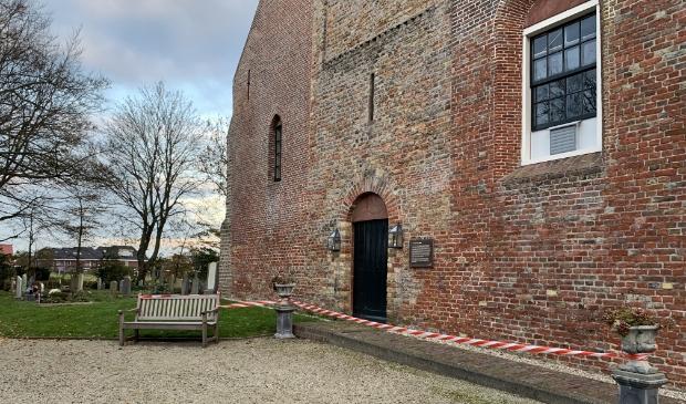 <p>Het lijkt alsof het is gesloten, maar de deur van de kerk staat zondag open.</p>