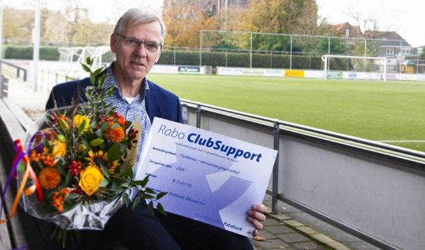 <p>Jos Berkhout van LSVV toont trots de cheque van Rabo Clubsupport.</p> <p>(Foto: Martijn Voorhout Fotografie)</p> © rodi