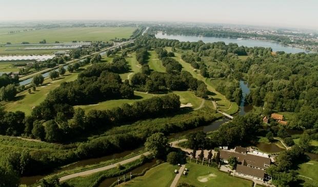 <p>Het complex van Golfclub Zeegersloot ligt er fantastisch bij. Foto: Jaap Molenaar</p>