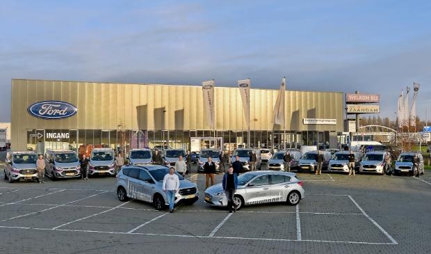 <p>De levering van de nieuwe Ford bedrijfswagens. De OM Bouwgroep rijdt nu met veertien Fords rond.</p>
