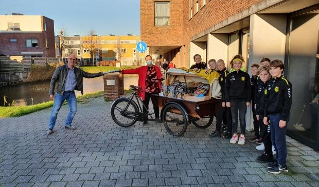 <p>100-jarig VV Nieuwe Niedorp en sponsor W&amp;Z schenken 150 traktaties aan Woonzorggroep Samen.</p>