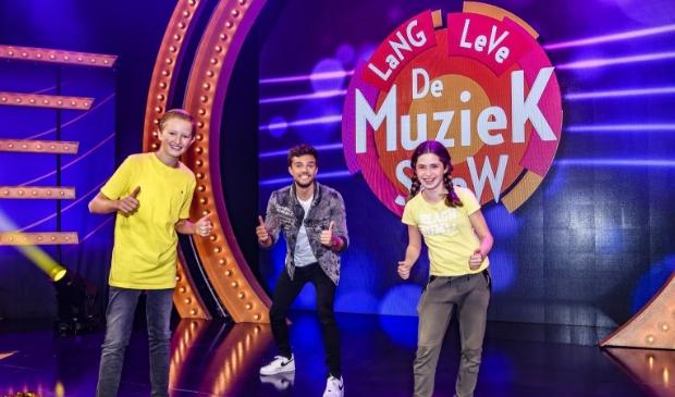 <p>Merlijn met presentator Buddy Vedder en Fleur, een klasgenootje van Merlijn die mee was naar de opnames.</p> (Foto: Amy van Leiden) © rodi