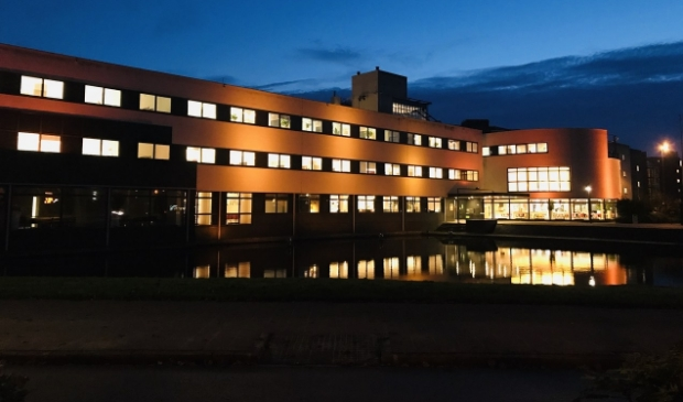 <p>Op 25 november wordt het gemeentehuis oranje uitgelicht.</p>