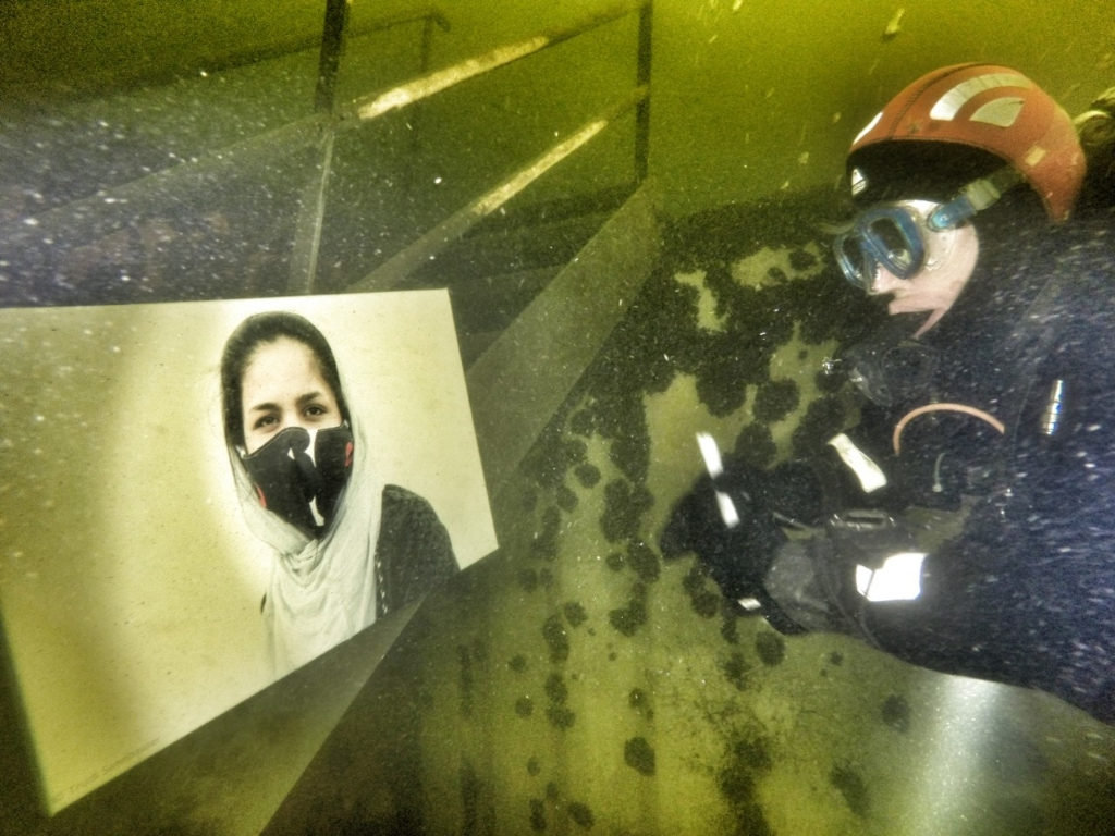 <p>Jonge vrouw met mondkapje, bekeken door duiker</p> (Foto: annelies versteege) © rodi