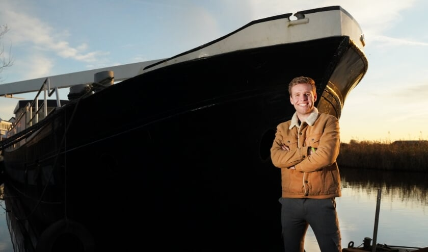 Marwin Talsma en zijn binnenvaartschip, de Grutsk. ,,Naast het schaatsen gaat elk vrij uurtje in het ombouwen van de boot tot woonschip.'' (Foto Timsimaging)