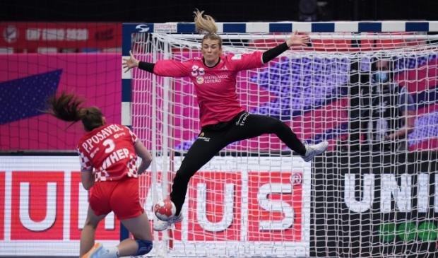 <p>De Waardse Tess Wester in actie in het doel van Oranje.</p>