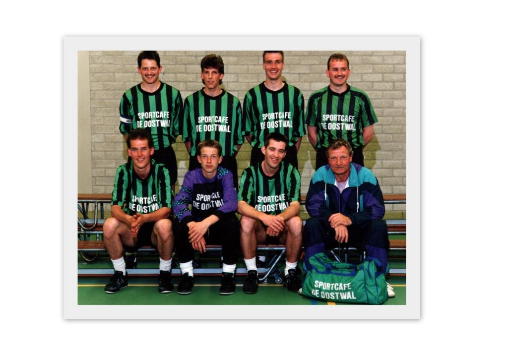 <p>Vrone 1 zaal, 1990/1991. Staand v.l.n.r.: Ren&eacute; Kieft, Maurice Kenter, Jacco Bekker en Rob Kieft. Zittend v.l.n.r.: Robert Groenenboom, Jos Verduin, Peter Leijen en Geert Janssen (coach).</p> <p>(Foto: aangeleverd)</p> © rodi
